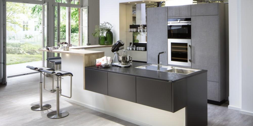 Modell AB26   Diese Einbauküche Sorgt Mit Hochwertige Materialien Für Ein  Spürbar Sinnliches Erlebnis. Edle Lackflächen In Carbon Seidenmatt Im  Inselbereich ...